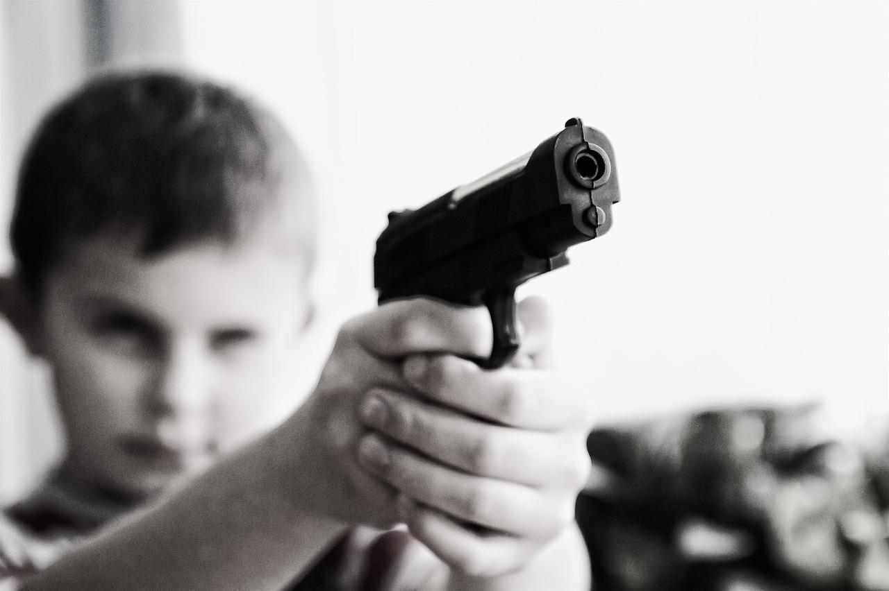 銃を持つ少年